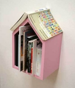 I think this little bookshelf and place holder is too cute!
